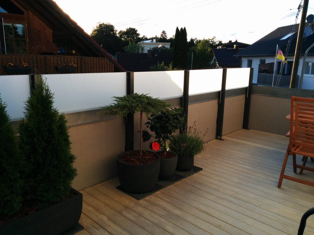 Sichtschutz aus Plastik und Holz.