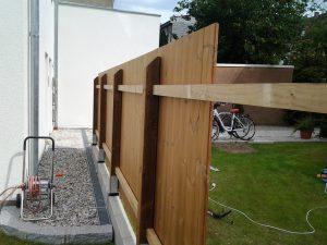 Aus Holz gefertigter Sichtschutz.